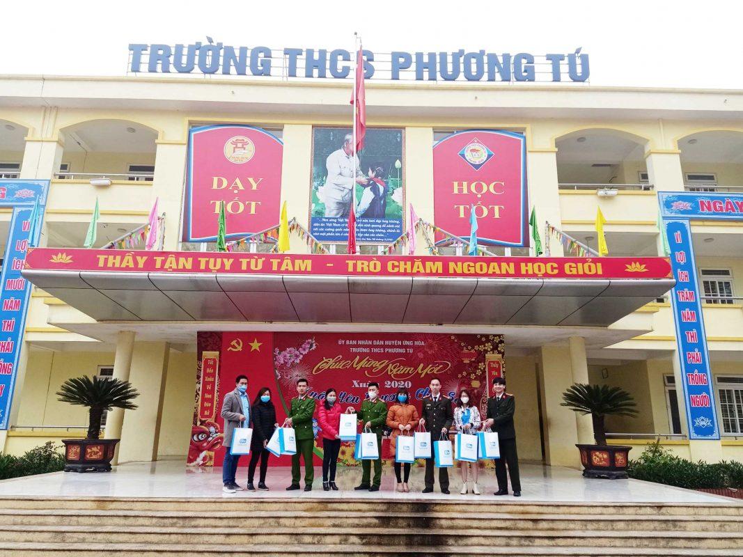 Tặng khẩu trang cho thầy và trò trường THCS Phương Tú - Ứng Hòa
