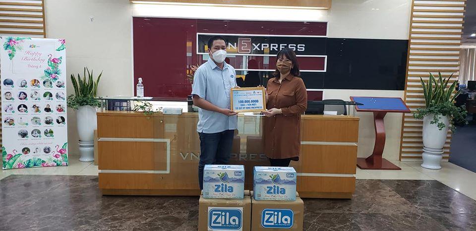 Zila Vietnam trao tặng quà cho đại diện quỹ Hope của VNExpress