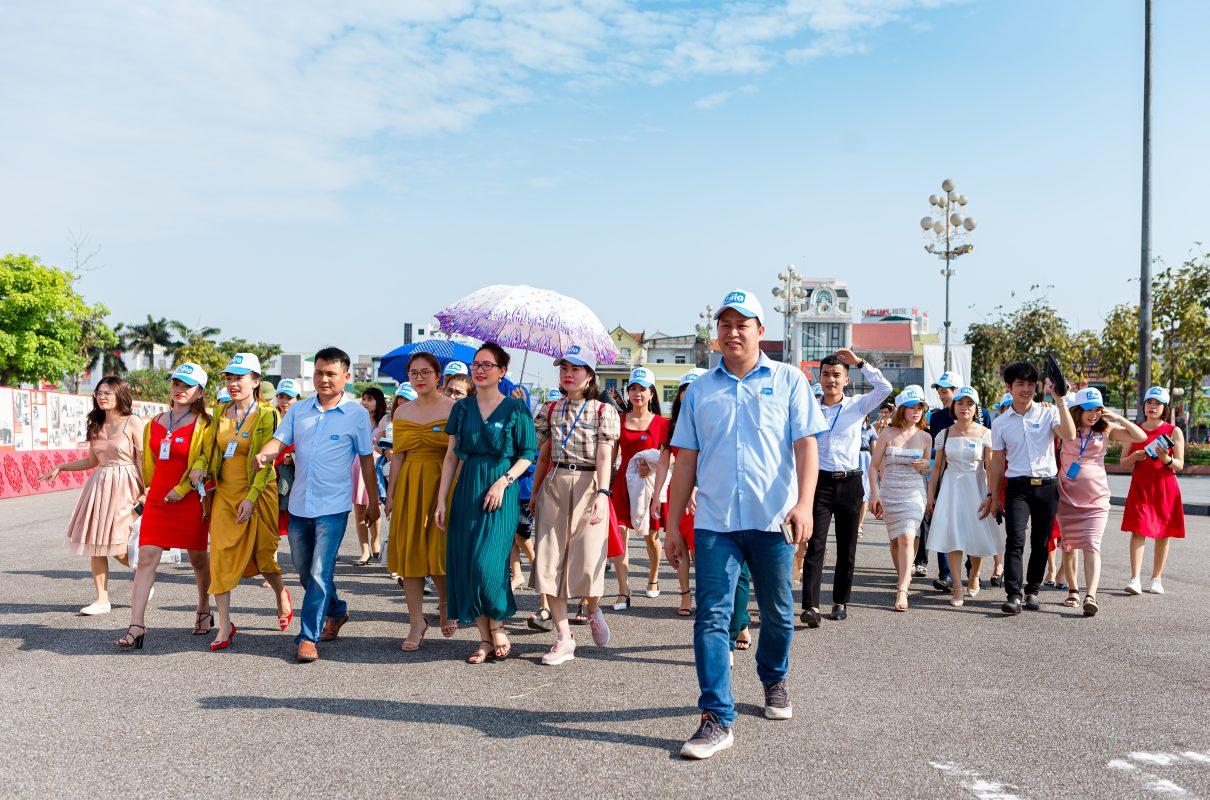 Các thành viên Zila trải bước trên các con phố tiến về quảng trường Hồ Chí Minh