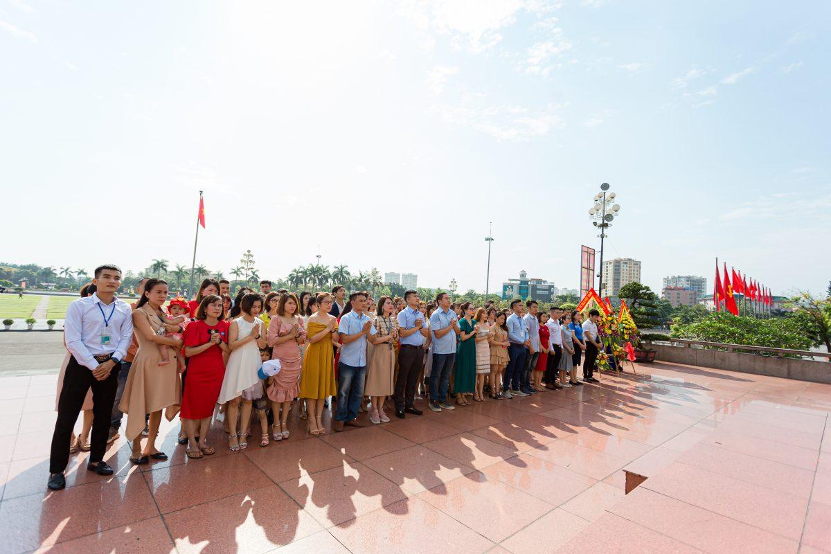 Nghiêng mình trước anh linh Chủ Tịch Hồ Chí Minh